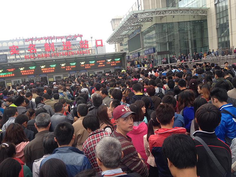 Lauri jonottamassa kiinalaisten kanssa junaan pääsyä.