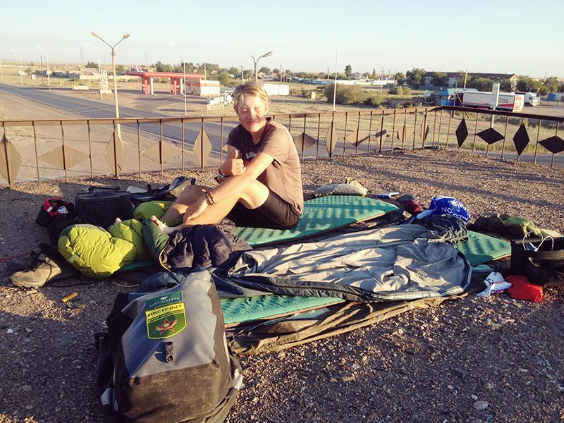 Aamu katolla. Alue oli sen verran kuivaa, että telttoja ei tarvittu, Therm-a-Rest -makuualustat riitti.