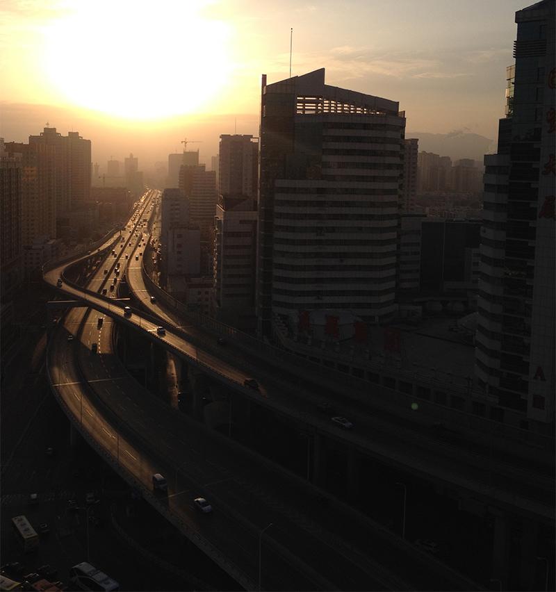 Auringonnousu hotellin ikkunasta 19. kerroksesta Urumqissa.